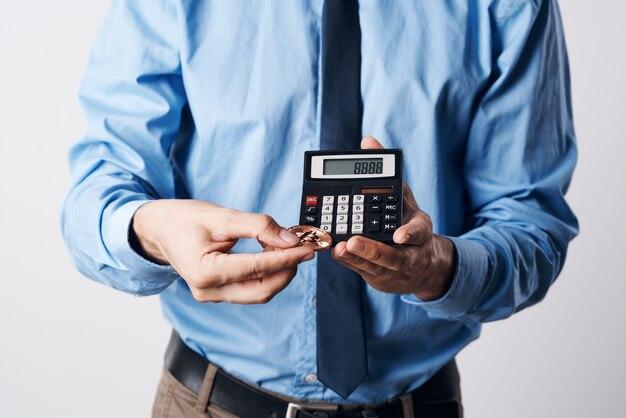 Zakenman professionele rekenmachine cryptocurrency bitcoin elektronisch geld