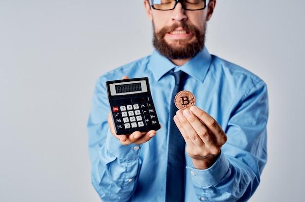Zakenman rekenmachine cryptocurrency bitcoin elektronisch geld