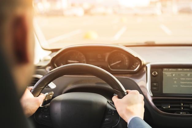 Zakenman rijdende auto