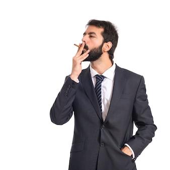 Zakenman roken over geïsoleerde witte achtergrond