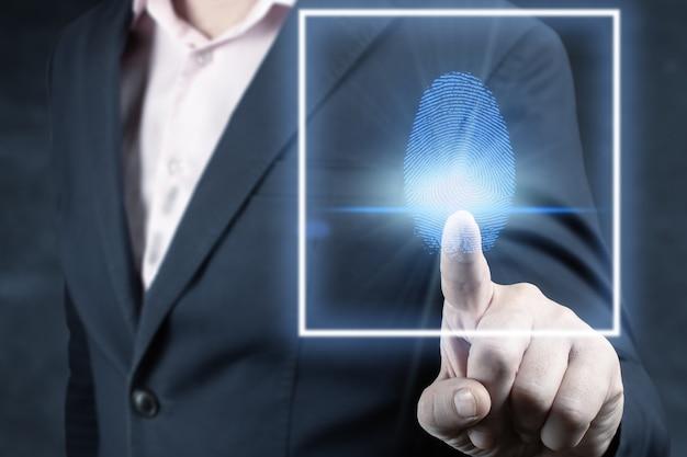 Zakenman scan vingerafdruk biometrische identiteit en goedkeuring. concept van de toekomst van beveiliging en wachtwoordcontrole door middel van vingerafdrukken. bedrijfstechnologie veiligheid internet netwerkconcept. donkerblauw