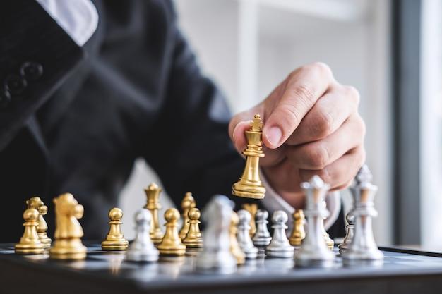 Zakenman schaakspel spelen om ontwikkeling analyse nieuwe strategieplan, leider en teamwerk