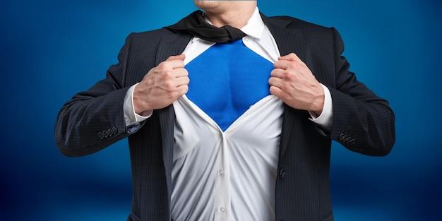 Zakenman scheurt hemd aan zichzelf om te laten zien