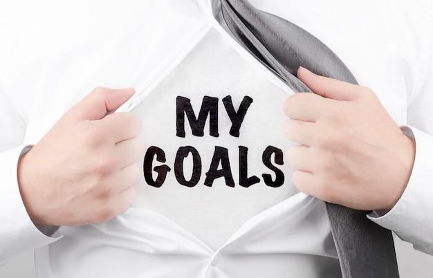 Zakenman scheurt zijn shirt af met de tekst my goals