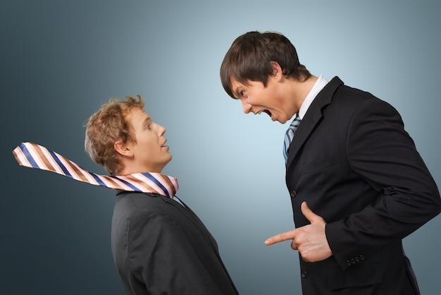 Zakenman schreeuwen orders bij een werknemer op background