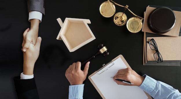 Zakenman schudden bespreken van een contract overeenkomst advocaat