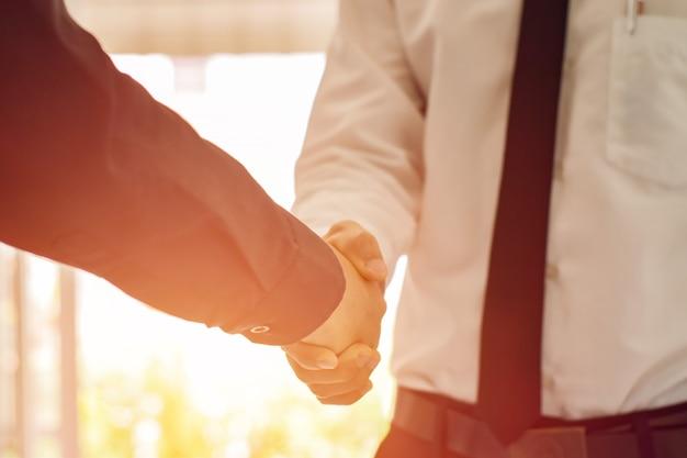 Zakenman schudden handen elkaar. bedrijfsconcept