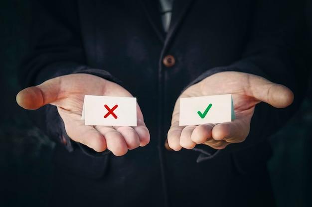 Zakenman selecteer keuze. het concept van het kiezen van de juiste of verkeerde optie.
