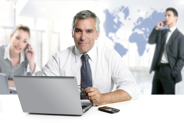 Zakenman senior expertise teamwerk wereldkaart