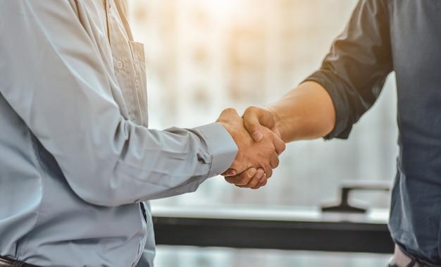 Zakenman shake handen succes zakelijk project, mensen handdruk groet samenwerking