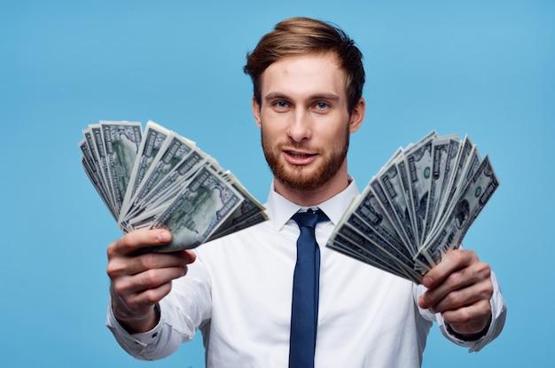 Zakenman shirts proppen geld rijkdom emoties blauwe achtergrond