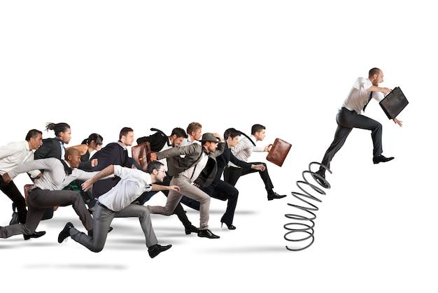 Zakenman springen op een veer tijdens een race met tegenstanders