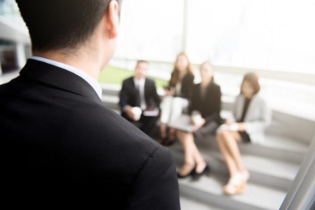 Zakenman, staand, voorkant, zijn, collega's, (audiences)