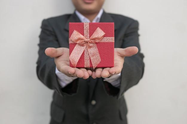 Zakenman steekt de geschenkdoos