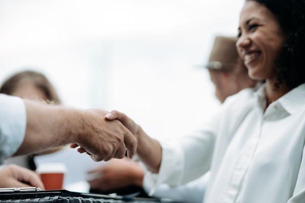 Zakenman stevig de hand schudden van zijn zakenpartner close-up