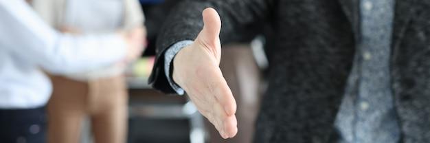Zakenman strekt zijn hand uit voor handdruk