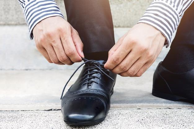 Zakenman stropdas schoenveter, maak je klaar voor nieuwe uitdaging concept