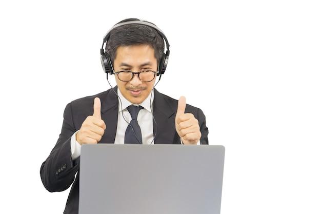 Zakenman succesvol met omhoog dreunen terwijl het hebben van videoconferentiewerk van huisconcept.
