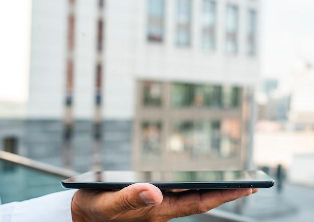 Zakenman tablet in de hand te houden