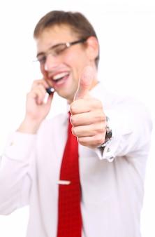 Zakenman toont ok teken tijdens het bellen via de telefoon