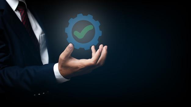 Zakenman toont teken topservice kwaliteitsborging, iso-certificering, assurance en standaardisatie concept.