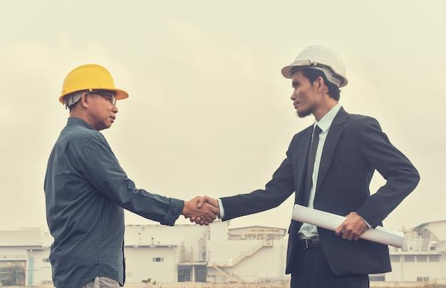 Zakenman twee mensen schudden hand overeenkomst project bouw zakenpartner succes