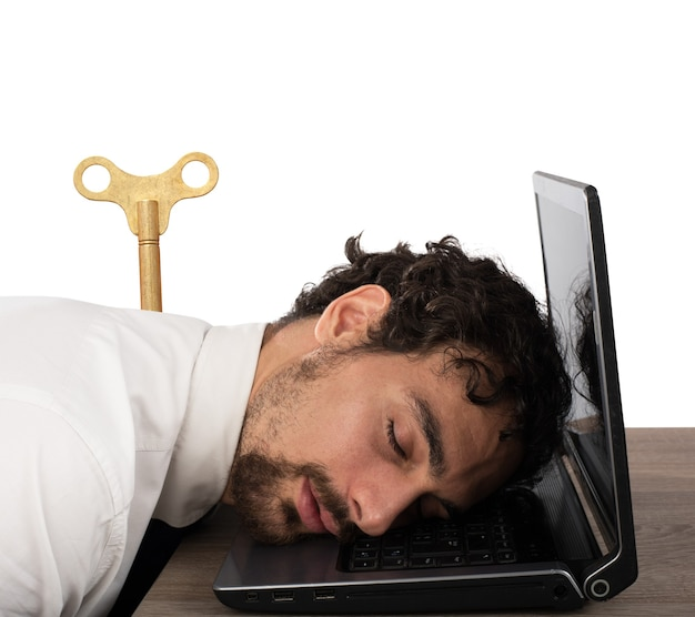 Zakenman uitgeput van overwerk slapen op de computer