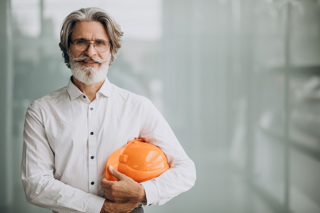 Zakenman van middelbare leeftijd in een bouwvakker