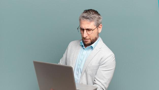 Zakenman van middelbare leeftijd met een laptop