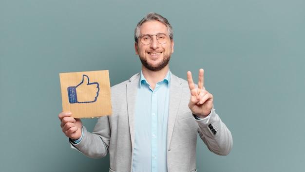 Zakenman van middelbare leeftijd. sociale media concept
