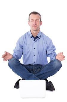 Zakenman van middelbare leeftijd zitten in yoga pose met laptop geïsoleerd op een witte achtergrond