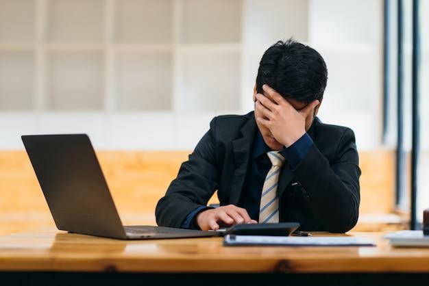 Zakenman verdrietig zorgen moe gefrustreerd na verloren baan van kantoor.