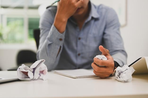 Zakenman verfrommeld papier en gevoel was gefrustreerd met werken mislukt.