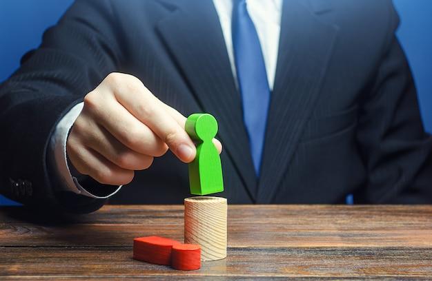Zakenman vervangt een leider werknemer op positie.