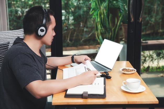 Zakenman videogesprek met klanten op laptop in kantoor aan huis.