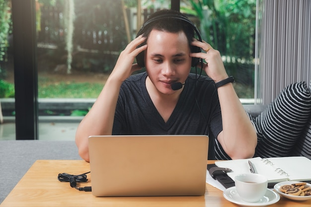 Zakenman videogesprek met klanten op laptop in kantoor aan huis