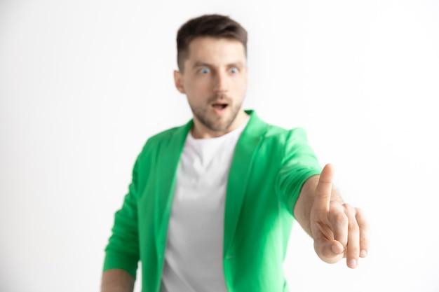 Zakenman vinger aanraken van lege zoekbalk, moderne bedrijfsruimte concept - kan worden gebruikt voor het invoegen van tekst of afbeeldingen