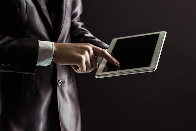 Zakenman vinger persen op het scherm digitale tablet.