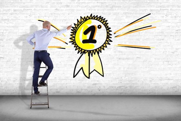 Zakenman voor een muur met een hand getrokken beloning voor de nummer één