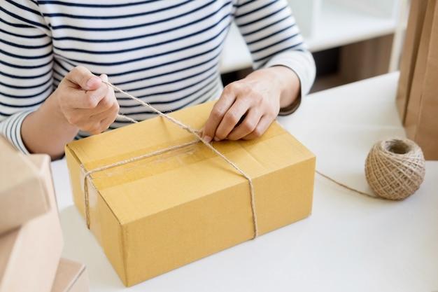 Zakenman vrouw die online winkelen werkt productpreparatieproces op haar thuis voorbereiden, jong ondernemersconcept.