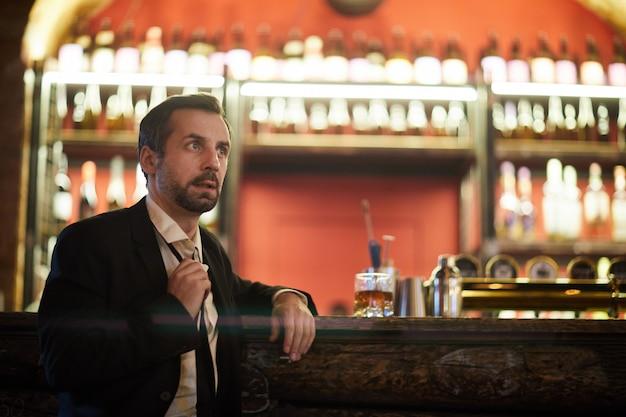 Zakenman waiting in bar