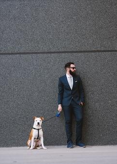 Zakenman wandelende hond op straat.
