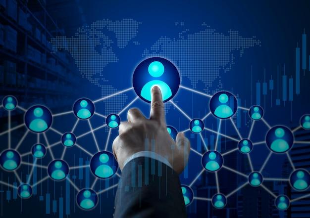 Zakenman wat betreft hr, human resources, big data met grafiek- en grafiekpictogrammen op de wereldwijde wereldkaart. hand die wijst om zakenmensen, teamsucces, zakelijk succes, teamwork, leader-concept te vinden.