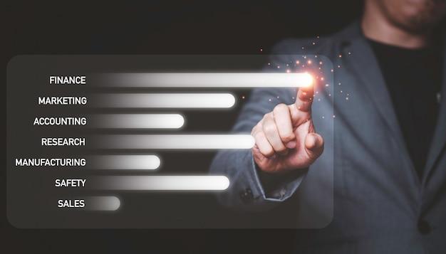 Zakenman wat betreft infographic schermmonitor voor verkoop en marketingconcept.