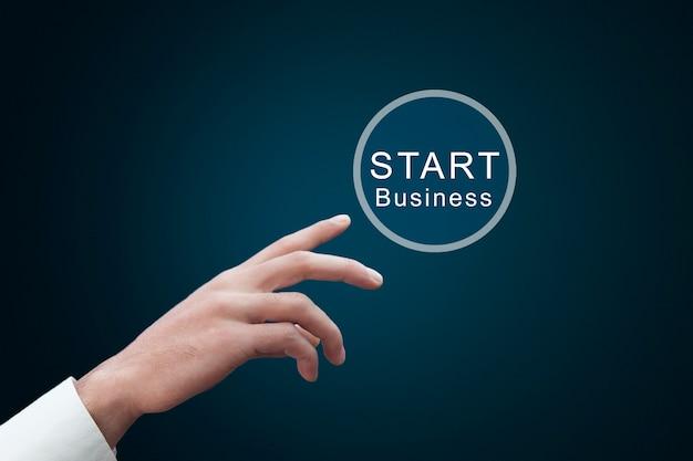 Zakenman wat betreft virtuele knop start bedrijf