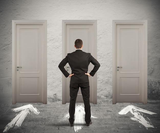 Zakenman weet niet zeker welke deur ervoor kiest om te openen