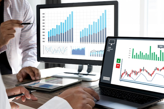 Zakenman werk grafiek schema of planning van financiële rapportgegevens