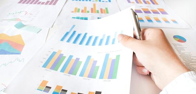 Zakenman werken berekenen gegevens document grafiek