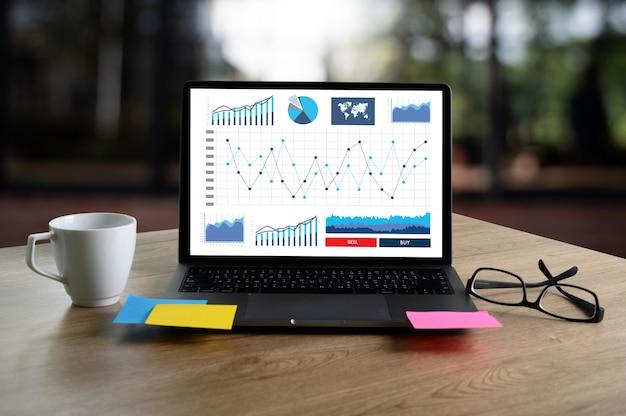 Zakenman werken lezen documenten grafiek financieel naar baan succes analyseer document plannen