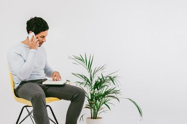 Zakenman werken met dagboek en telefoon
